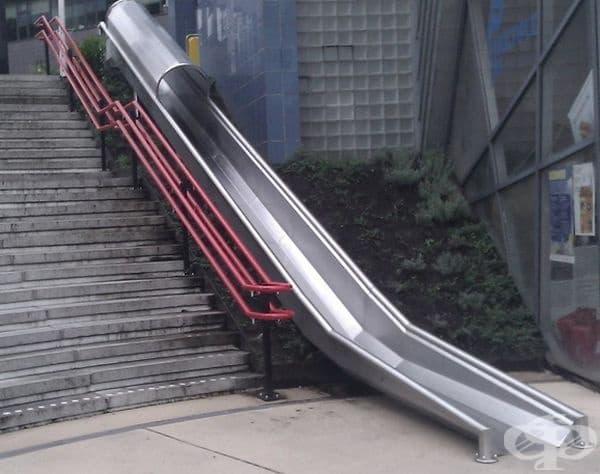 Пързалка за по-вълнуващо предвижване по стълбите.