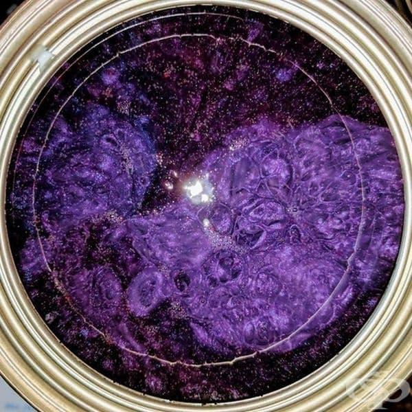 Не разбърканата боя изглежда като космос.