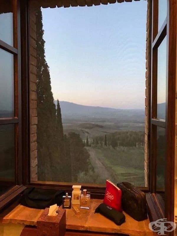 Пейзажът през прозореца изглежда като истинска картина.