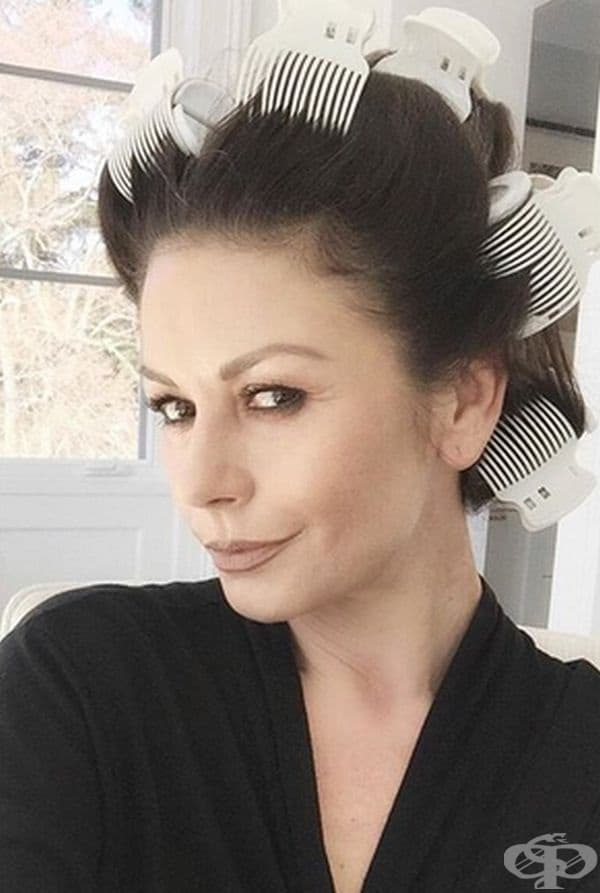 Катрин Зита-Джоунс. Тя има прекрасна коса, за която споделя, че се грижи с помощта на домашна маска от бира и мед. Актрисата предупреждава, че няколко дни след процедурата се усеща аромата на бира.