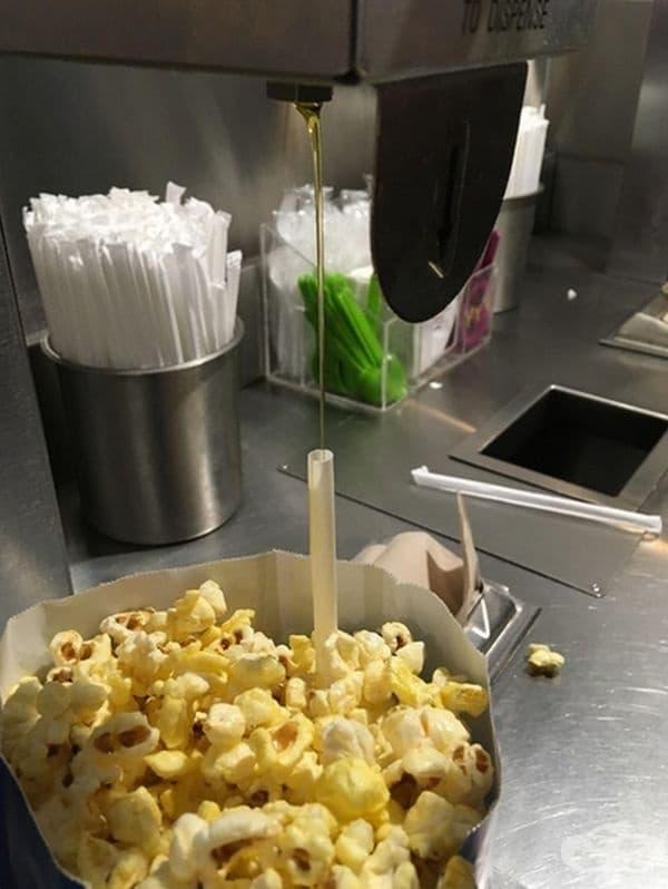 Ако искате да добавите малко масло към пуканките, използвайте сламка. Маслото ще се позиционира в центъра на пакета.