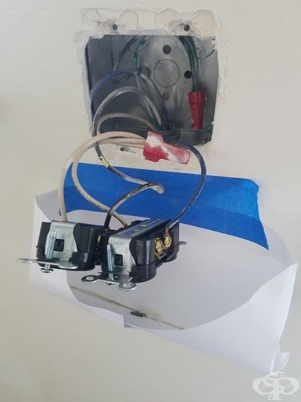 При почистване на контакт може да залепите плик, както е показано на снимката, за да не пада боклукът на пода.