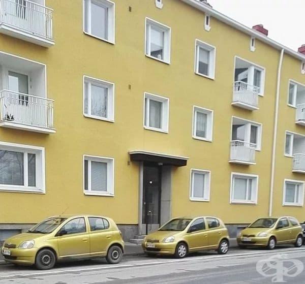 Три еднакви коли в жълто пред жълта сграда.
