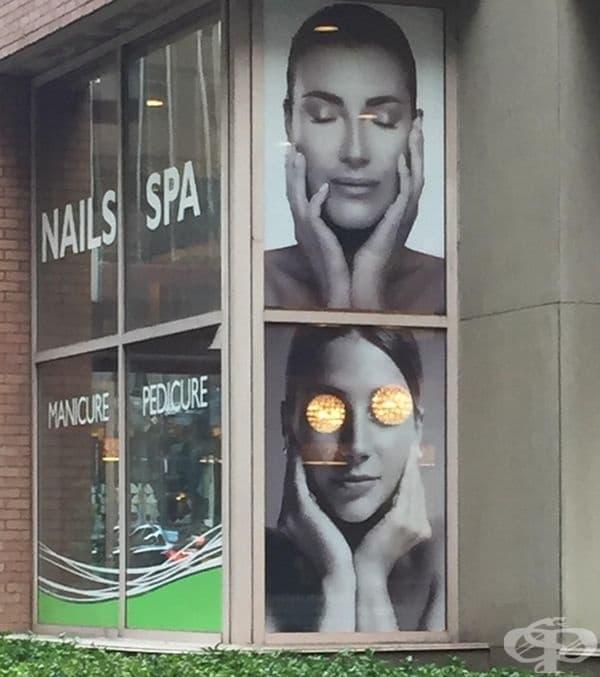 Лампите в салона за красота са точно на мястото, където са очите на модела.