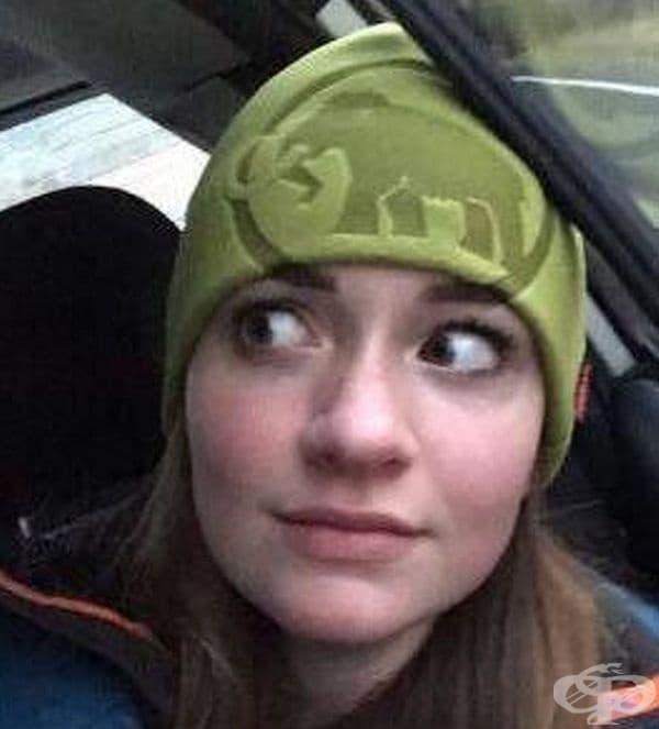 Веждите на жената са идеално продължение на картинката на шапката.