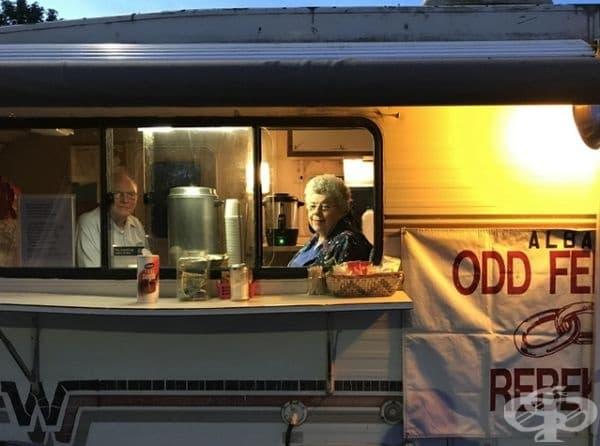 Повече от 26 години тази двойка раздава безплатно кафе на посетителите, които спират край Орегон за почивка.