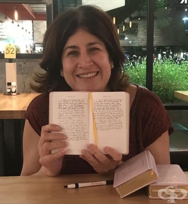 Тази жена има 3 дъщери и всеки ден пише по 5 реда за всяка за тях. Това ще бъде подарък за сватбеният им ден.