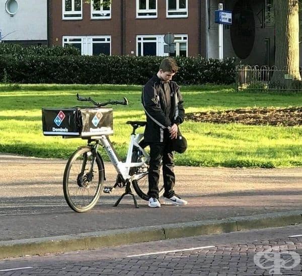 Това момче преустанови работа, за да отдаде почит към загиналите във Втората световна война в Холандия.