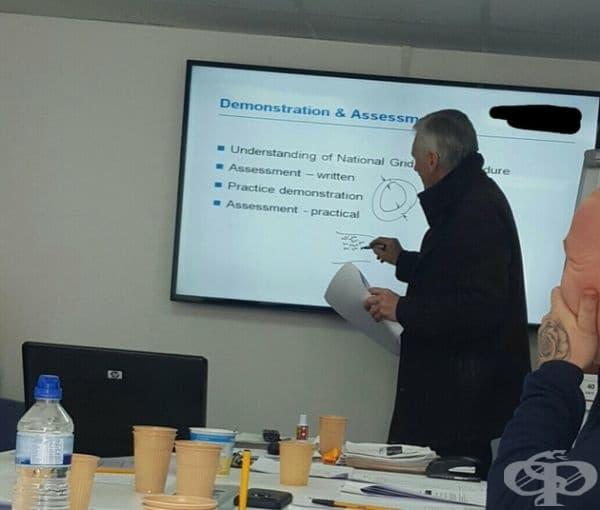 Този господин пише с траен маркер по екрана на 60-инчов Samsung.