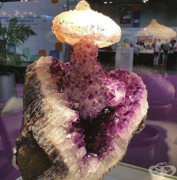 Камък във формата на ядрен взрив.