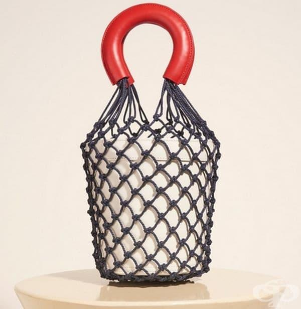 Обикновена мрежа с кожени дръжки и чанта в нея се превърна в хит през Седмицата на модата в Ню Йорк. Цената й е $ 375.