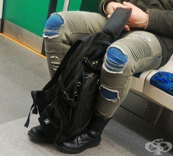 Тук явно са два чифта панталони.