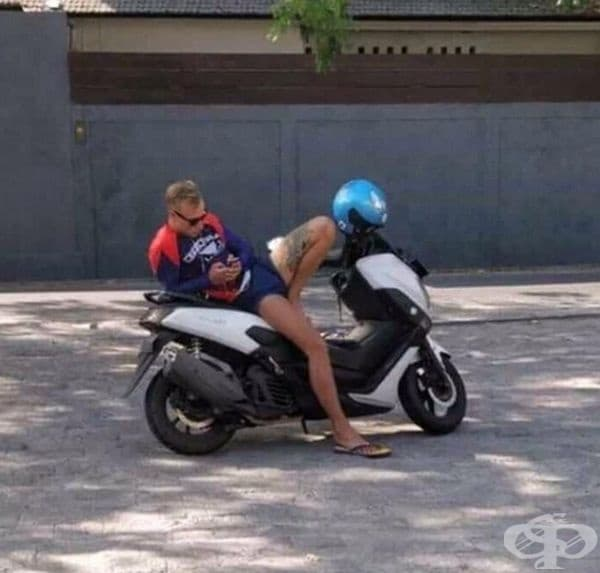Сякаш разголена девойка в каска е седнала на мотора