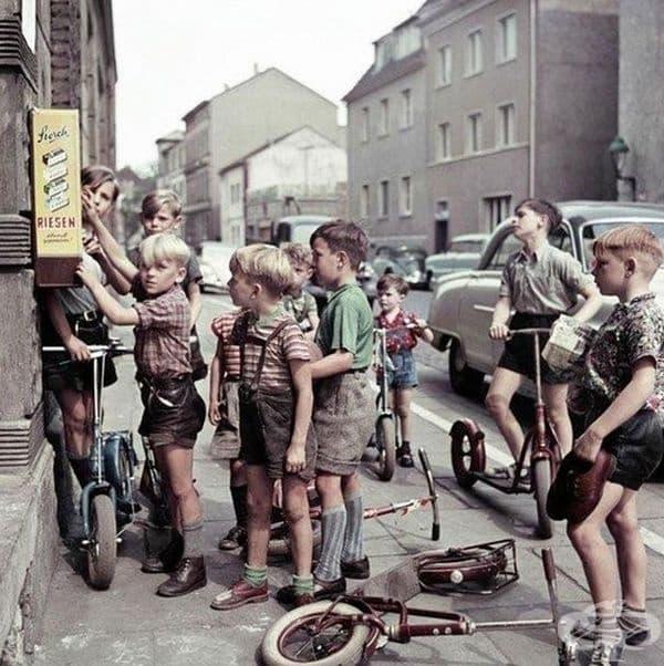Деца от Германия играят със скутери.