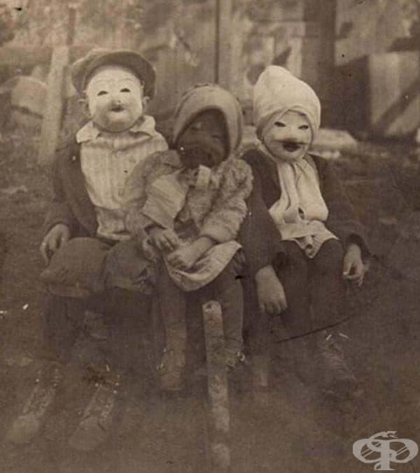 3 деца и техните костюми от Хелоуин, около 1900 г.