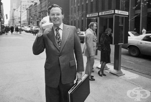 """Вицепрезидентът на """"Моторола"""" Джон Мичъл демонстрира преносимия радиотелефон DynaTAC в Ню Йорк, 1973 г."""