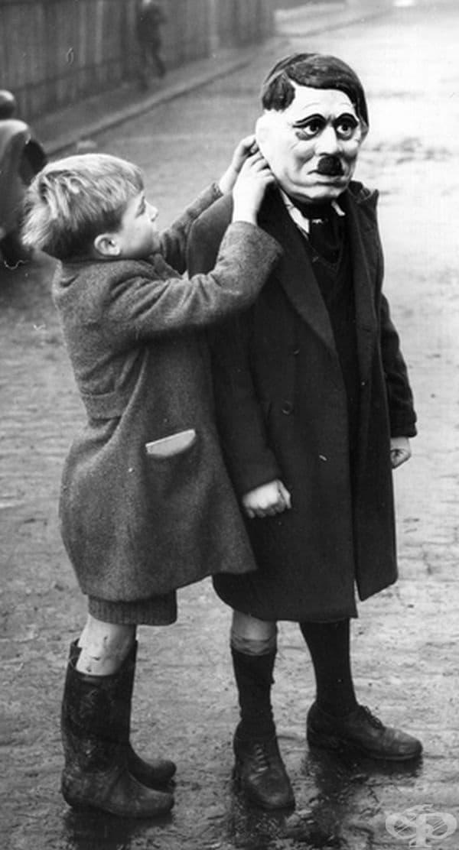 Момче с маска на Адолф Хитлер, Лондон, 1938 г.