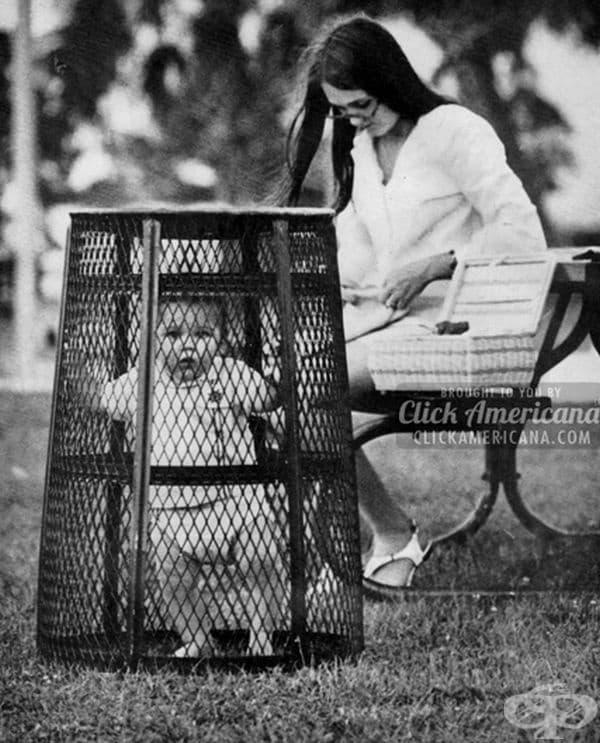 Майка използва кофа за боклук, за да не избяга детето й, докато плете на една кука в парка.