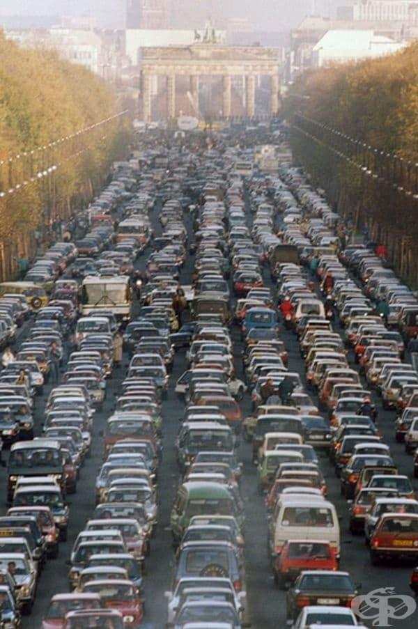 Задръстване край Бранденбургската врата поради преместването на източногерманци в Западен Берлин след падането на Берлинската стена през 1989 г.