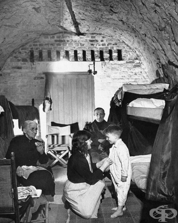 5-годишният Дейвид Ден се подготвя за сън в дома си - пещера в тебеширените скали на Дувър, Англия, 19 април 1944 г.