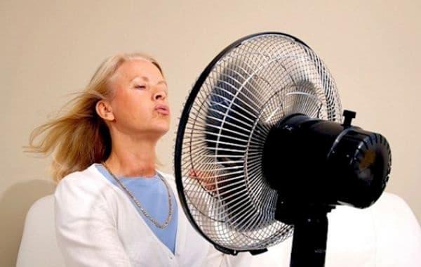 Нощните изпотявания и горещите вълни са резултат от ниското ниво на естроген.
