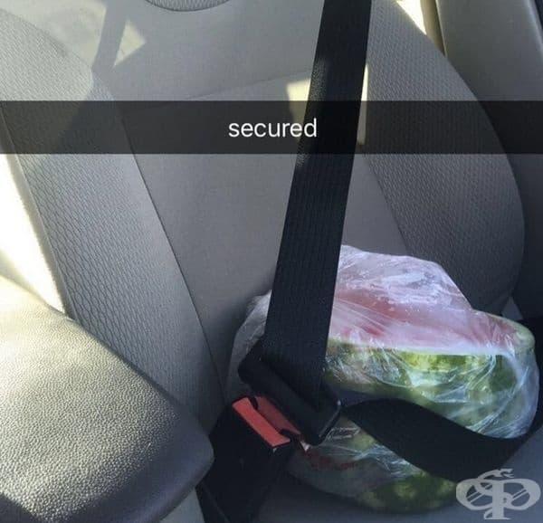 Ако се чудите как да превозите половин диня в колата, може да използвате този метод.