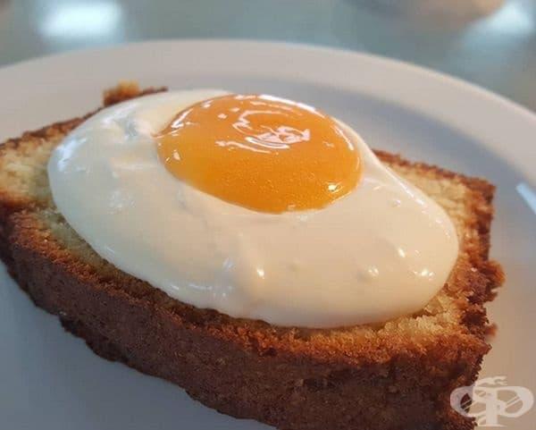 Странен сандвич от яйце и кекс. Десертът се състои от лимонови бисквити със сметана и лимоново сладко.