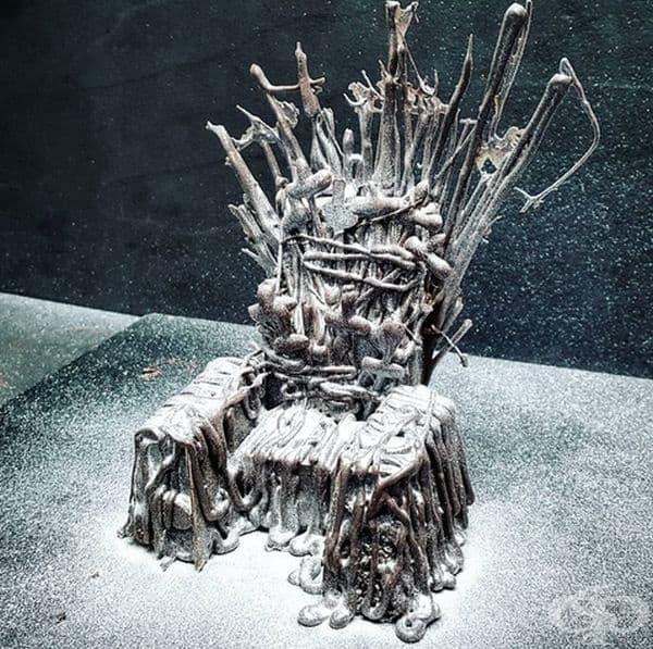 Железният трон. Изработен е от шоколад с течен пълнеж от ягоди.