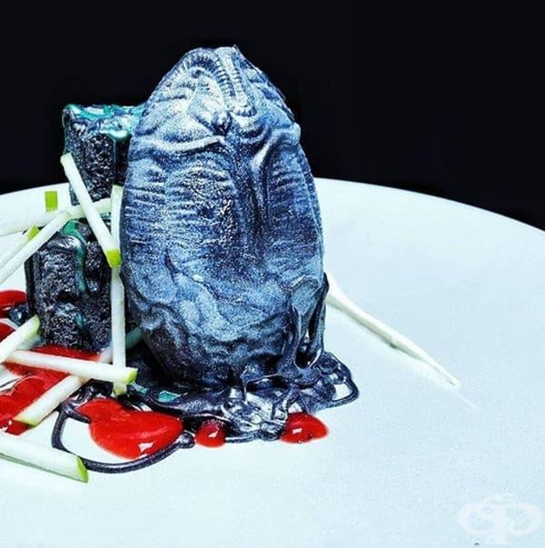 Извънземно яйце. Десертът е направен от шоколадово яйце, ябълков крем и парченца ябълка.