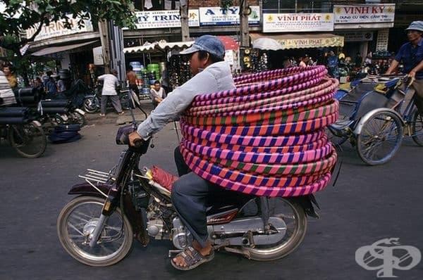 Кой се нуждае от предпазни колани, когато пътува с толкова обръчи.