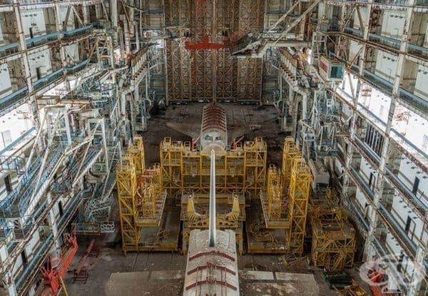 Вътрешността на изоставен космически кораб.