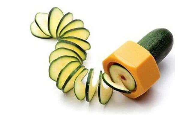 Уред за спираловидно нарязване на краставици.