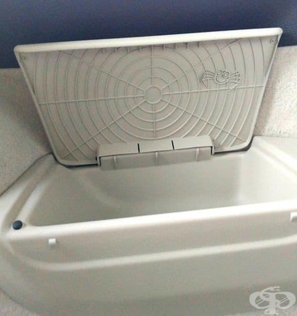 Малък паяк, скрит под капака на отделение в багажника на Волво.