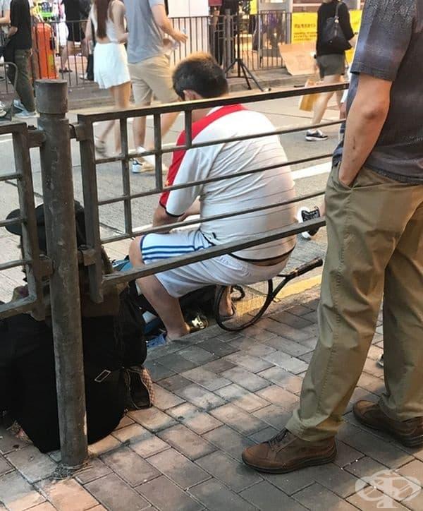 Този мъж е от Италия и е седнал на ракета си за тенис.