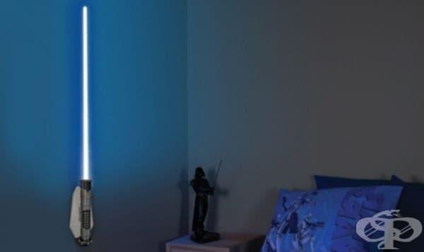Нощната лампа предпазва малкия Джедай от злите тъмни сили на Галактиката.