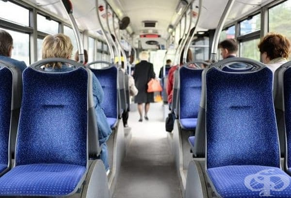 Няколко жени влизат в автобус. Всички места са свободни, но те сядат в края на салона. Защо?