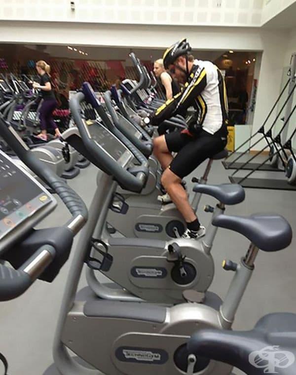 Сериозна тренировка. Мъжът вероятно си представя, че е на реално състезание.