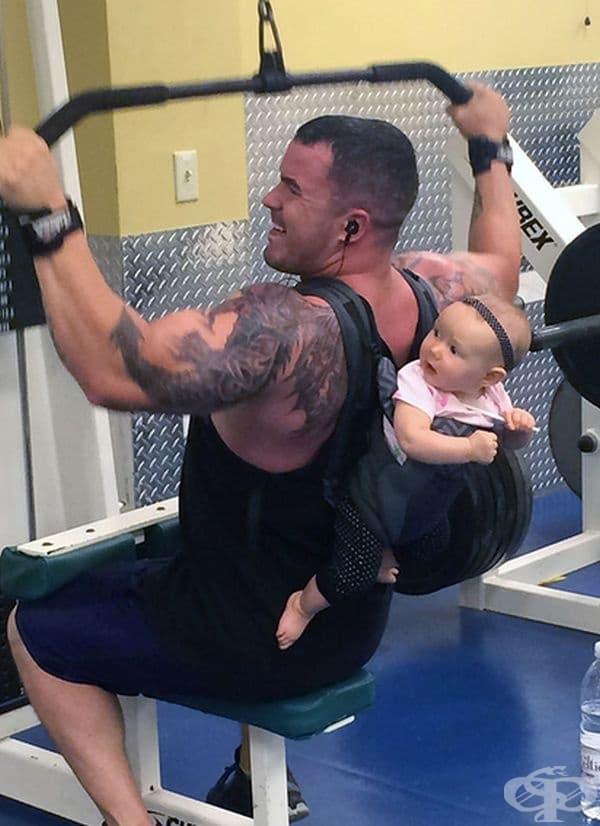 Когато тате трябва да тренира и да гледа детето едновременно.