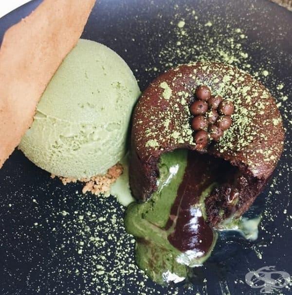 Десерт от парче шоколадова торта със зелен чай и сладолед от Spot Dessert Bar.