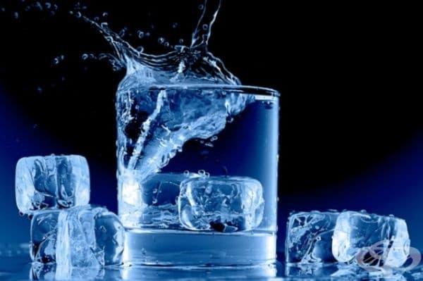 Студената вода не се препоръчва, защото се нарушава храносмилателния процес, хранителните вещества не се усвояват, забавя се нормалния ритъм на сърцето, свиват се кръвоносните съдове, отслабва функциите на имунната система.