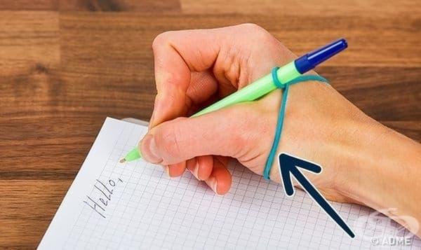 За да научите детето да държи правилно химикал, използвайте ластика по указания начин.