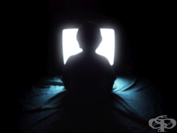 Четенето при лошо осветление или използването на компютър в тъмна стая не оказва негативно въздействие върху зрението.