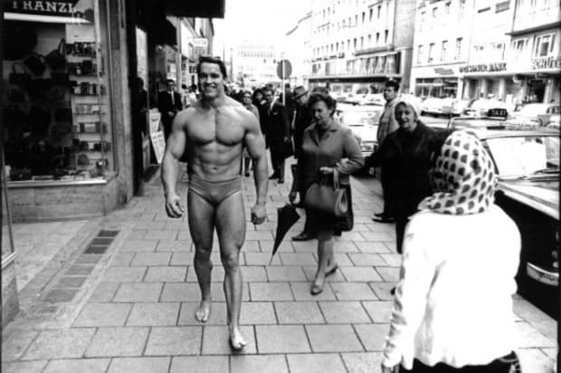Арнолд Шварценегер се разхожда в Мюнхен по бански, за да популяризира собствената си фитнес зала през 1969 г.