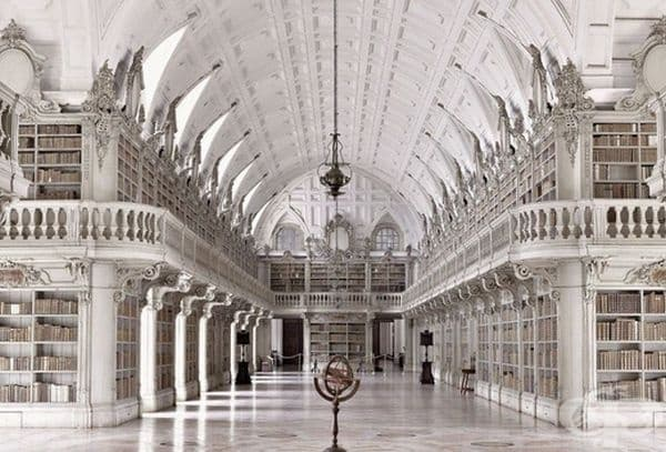 Библиотеката в Националния дворец в Мафра, Португалия.