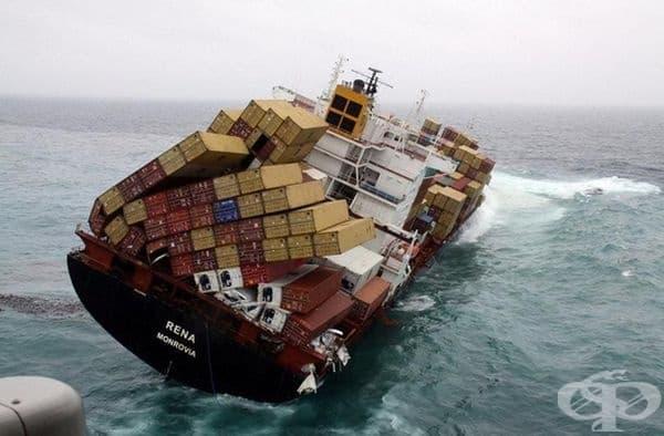 Товарният кораб явно е уверен в своите сили.