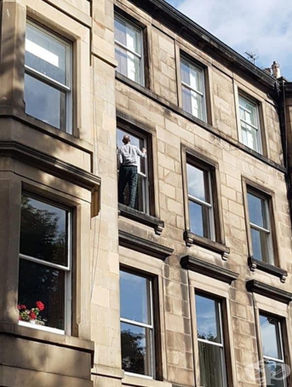 Той просто е решил да измие прозорците.