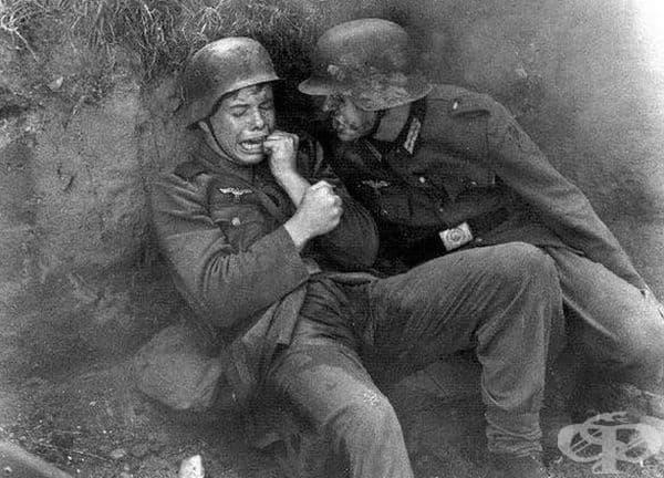 Млад немски войник плаче по време на Втората световна война.