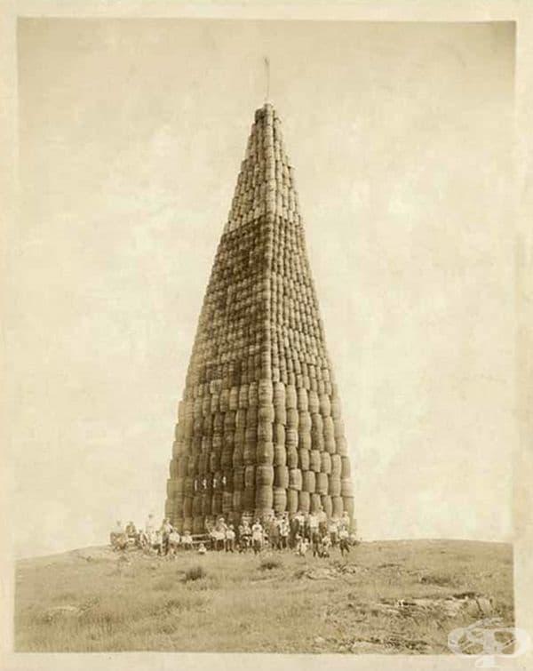 Пирамида от бъчви, които са подготвени за изгаряне по време на сухия режим в Америка, 1924 г.