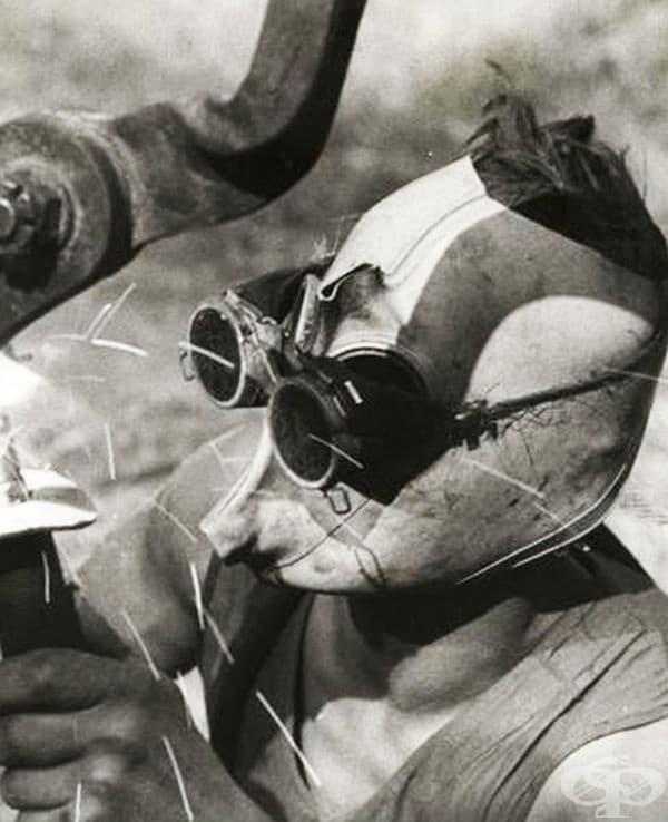 Германски войник с предпазна маска за заваряване, 1941 г.