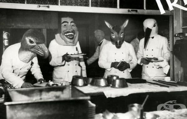 Сервитьори с маски в Германия, 1933 г.